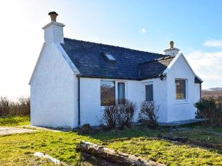 AMBER'S COTTAGE, detached, single-storey, mountain and sea views, walking distance to beach, near Staffin, Ref 917333