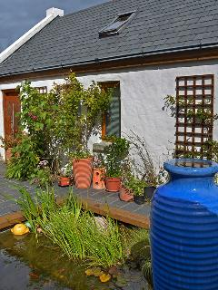 Bertra Cottage - Courtyard with Goldfish Pond