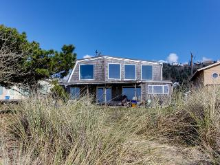 Oceanfront, dog-friendly beach house with amazing views & plenty of room!, Rockaway Beach