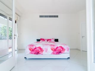 Reines 1 - Luxury 3 Bedroom & Balcony, Tel Aviv