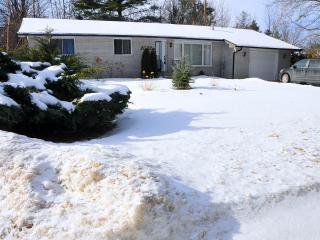 Cottage on Lake Simcoe with hot tub and sauna, Innisfil