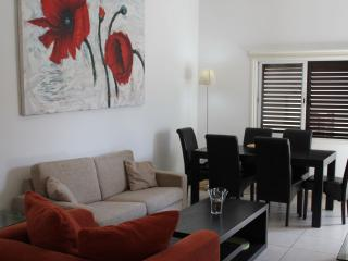 Lovely apartment 2min from sandy Blue Flag Beach., Paphos