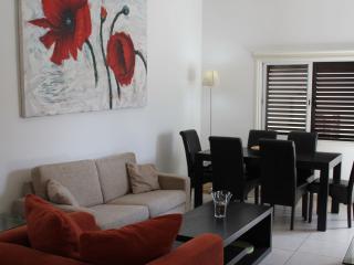 Lovely apartment 2min from sandy Blue Flag Beach., Paphos
