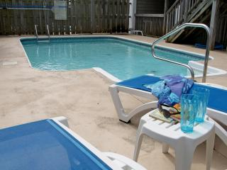 8 BEDROOM HOUSE * GAME ROOM * PRIVATE POOL * PLENTY OF PARKING!  SLEEPS UP TO 22, North Myrtle Beach