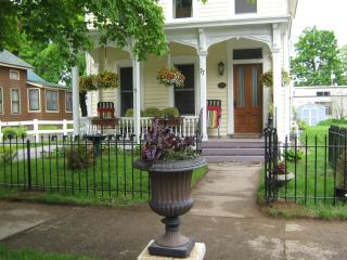 Victorian 3 BR with porches near Track & Downtown, Saratoga Springs