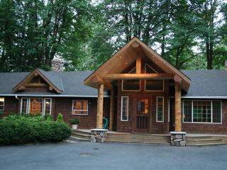 Maple River Retreat   A 5 Suite Riverfront Stunner, Brightwood