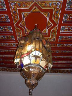 plafond et lampe du salon marocain