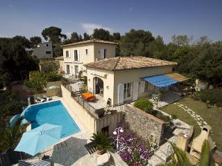 06.699 - Villa with pool i...