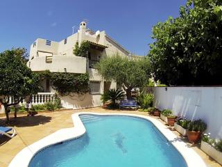 House with pool, barbecue and garden 400 meters fr