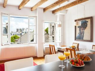 28. LARGE & CALM APARTMENT WITH GREAT CITY VIEWS, Parijs
