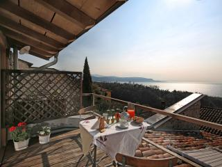 Betta restored  apartment terrace lake view peace, Gardone Riviera
