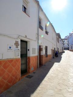 Located in a quiet street in Arriate with easy access to bars, restaurants, shops, sports and pool