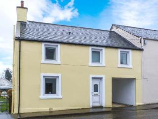PEND HOUSE, semi-detached cottage, woodburner, WiFi, near good walking, cycling and fishing, in Kirkcowan, near Newton Stewart, Ref 919754