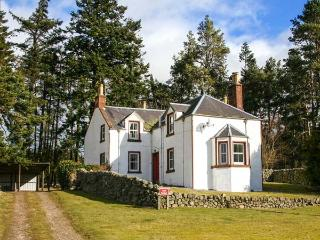 ROTTAL FARMHOUSE, detached, en-suite, open fire, woodburning stove, glen views, near Kirriemuir, Ref 922220