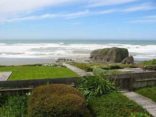 WHALE ROCK - ON THE BEACH Whale Rock is one of the very few vacation rentals, Fort Bragg