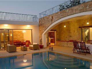 Picturesque 3 bdr villa with pool + indoor jacuzzi, Miliou