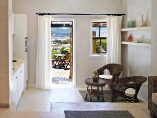 Design Studio Apartment, and deck with view, Noordhoek