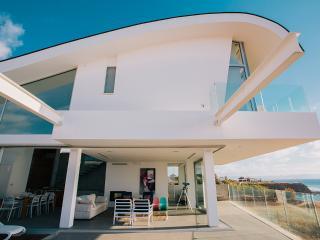 Wave Villa, Pomos