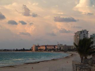 Cancun Hotel Zone Beach Resort with lake view. #3, Cancún