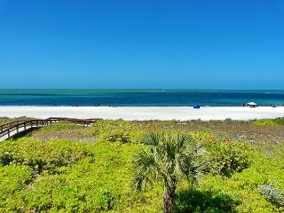 Gated beachfront condo w/ stunning ocean views & two heated pools, Marco Island