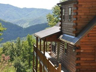 Sun Eagle Lodge Spectacular View - Loaded with Stylish Amenities and Relaxation. Peaceful with Hot Tub, Wi-Fi and Grill. The Perfect Escape!, Bryson City