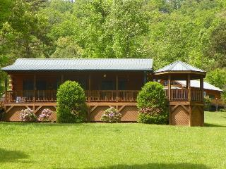 Bears Den - Authentic Log Cabin Minutes from the National Park and Casino with W