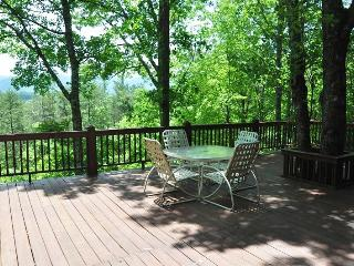 Misty Mountain - This Inviting and Convenient Log Cabin is Only a 10 Minute Drive from Harrahs Casino and 5 Minutes from Fishing, Dillsboro
