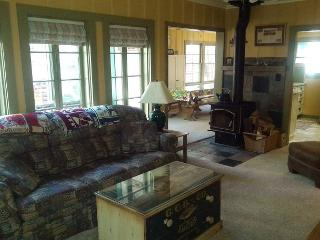 2 BR / 2 BA with Loft, Sleeps 9-11  Near town; Twain Harte Lake Privileges!