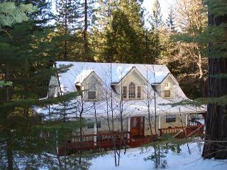 3 Bedroom, 2.5 Bath Gorgeous Farmhouse Style Cabin,  Sugar Pine, Sleeps 6-10, Mi Wuk Village