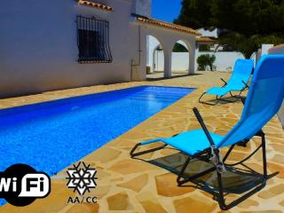 Villa Los Leones - Villa with pool close to the beach shops and bars