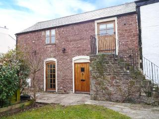 GRANARY BARN, 14th century cottage, original features, walks from door, in Lea