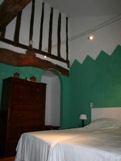 Chambre Verte with exposed beams and parquet floor, itlalian stucco walls and ensuite bathroom
