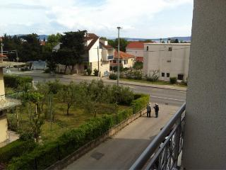 Apartment Cosmo for 7 with AC, Kastel Gomilica