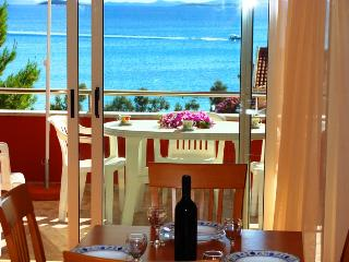 Villa San Marino Apartment 5 for 5 with AC - 30m from the sea, Pakostane