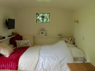 Beuno's Hut - Glamping in North Wales, Tremeirchion