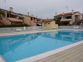 Cristina bilocale in villaggio con piscina