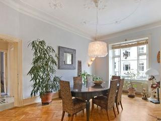 Dining room with lots of space for six people