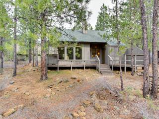 Cozy home w/ SHARC passes for shared hot tub & pool - convenient location, Sunriver