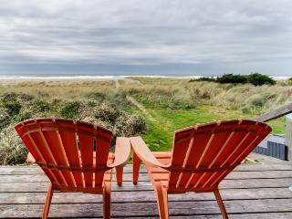 Dog-friendly waterfront beach cottage w/ private hot tub! Walk to the beach!, Rockaway Beach