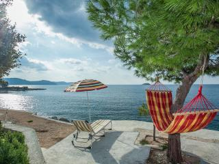 House just by the sea-2 bedrooms-with wi fi and air-condition, Vela Luka