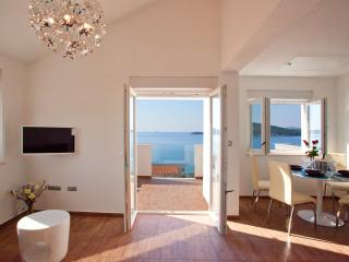 Penthouse with panoramic sea view and pool access, Razanj