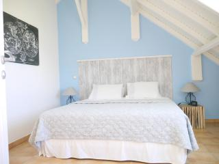 Côté Rêve, the bedroom - sea view- with King size bed and 4 stars palace mattress + A/C
