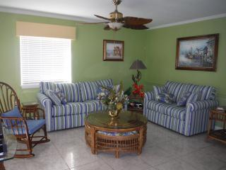 Beautiful 2 Srory Condo  - Lg 3 Bdr 3 Bth Pool, WiFi, 100 Yds to Beach, Sleeps 8, Ocean City