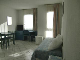 Nice center-close to tram, train, shops, beaches