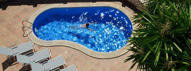 Zwembad  en ligstoelen