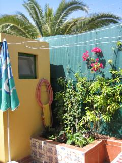 Neben dem Blumenbeet ist das hintere, zweite Badzimmer mit Dusche, Lavabo und WC.