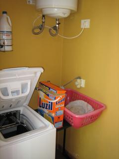 Nebenan ist die Waschmaschine, Grillgerät und Liegestühle.