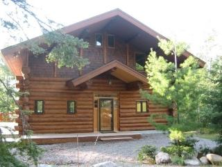 Driftwood Lodge: Exceptional and Spacious 3 Story Hand Scribed Cedar Log Home, Ely