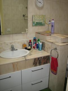 Links das grosse Badzimmer mit Marmorwaschtisch, WC und Badewanne in der auch geduscht werden kann.