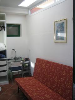 Ein Computertisch und ein grosser Schrank sind im 2ten Schlafzimmer